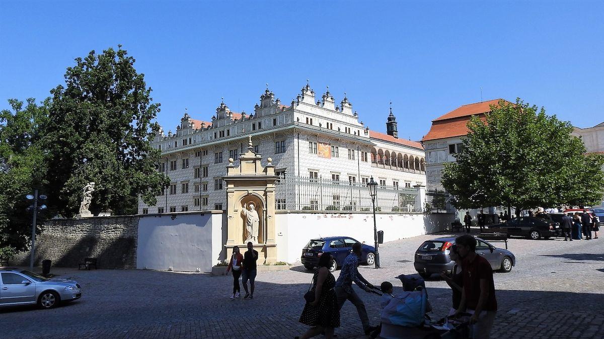 Skvostný litomyšlský zámek zdobí na fasádě osm tisíc sgrafitových psaníček