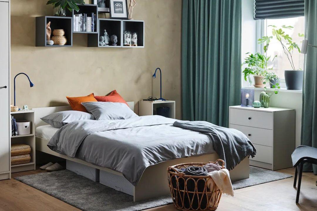 K proměně ložnice stačí někdy i málo - nové textilie, nové drobné úložné prostory, lampička na noční stolek či polička.