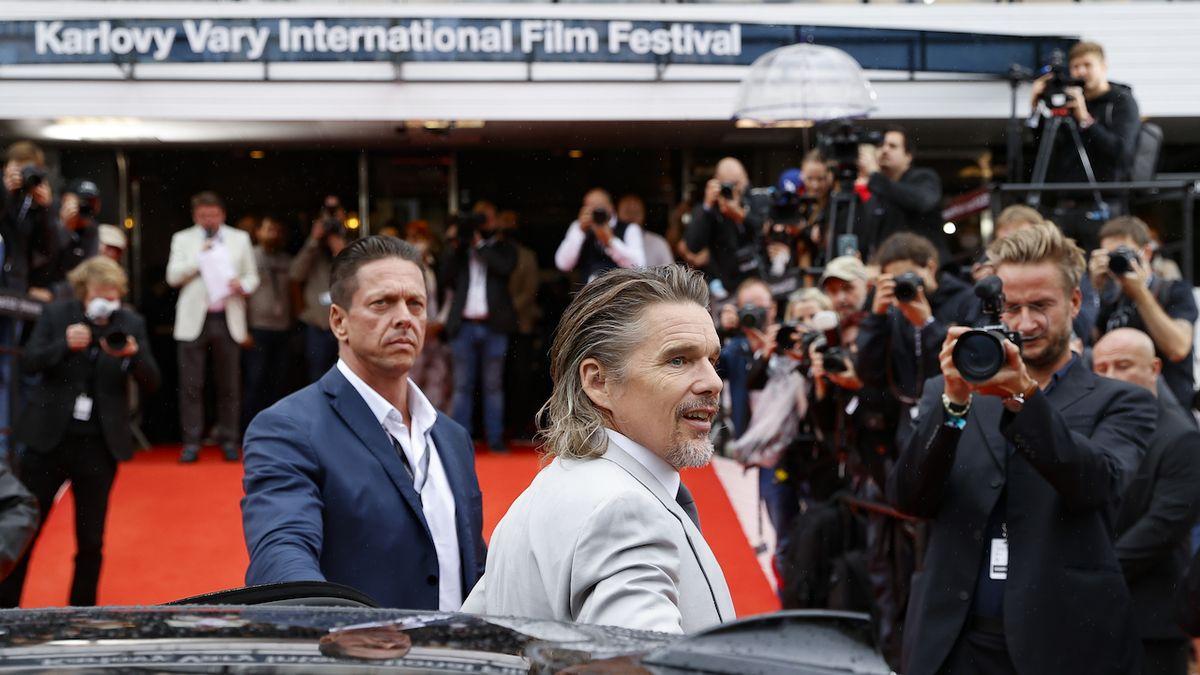 Ethan Hawke uvedl na festivalu film o knězi a krizi víry. Ocenil nošení roušek