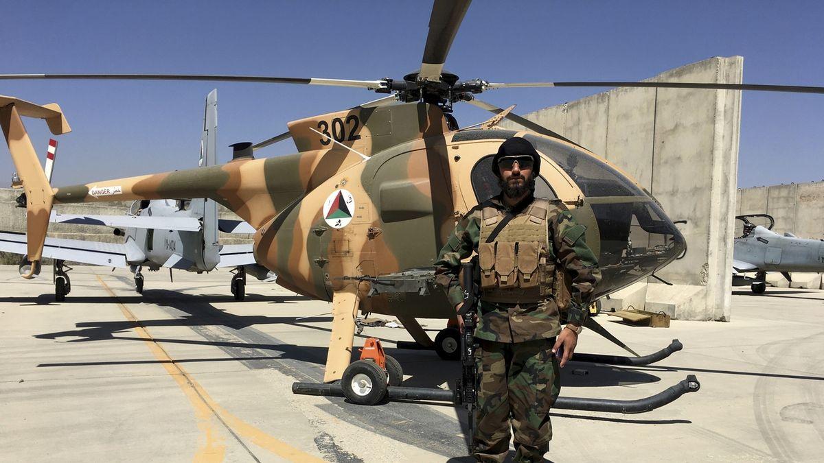 Bojovník Tálibánu u amerického vrtulníku MD-530