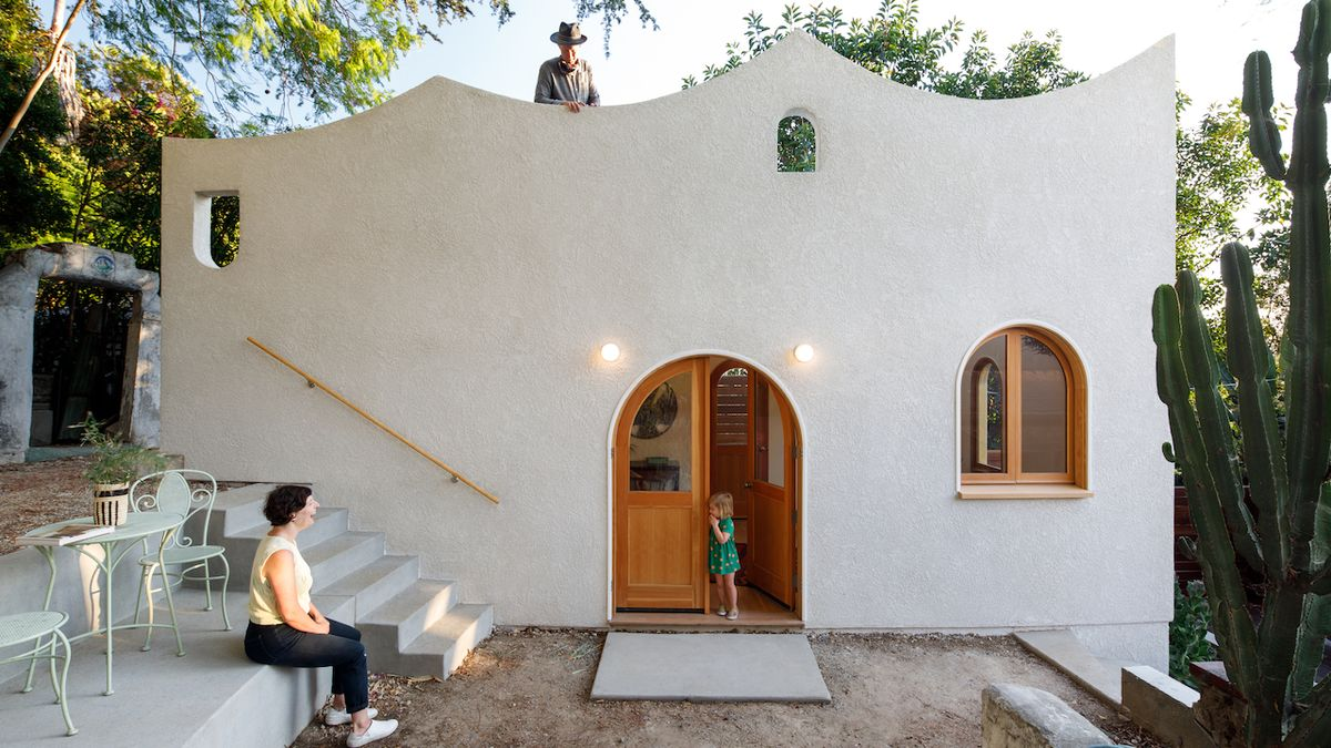 Chatku na spadnutí nahradil romantický domek s mořskými vlnami na střeše