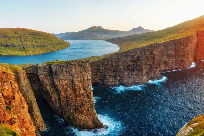 Jezero je tím největším na Faerských ostrovech. Jeho rozloha činí zhruba 3,4 kilometru čtverečních.
