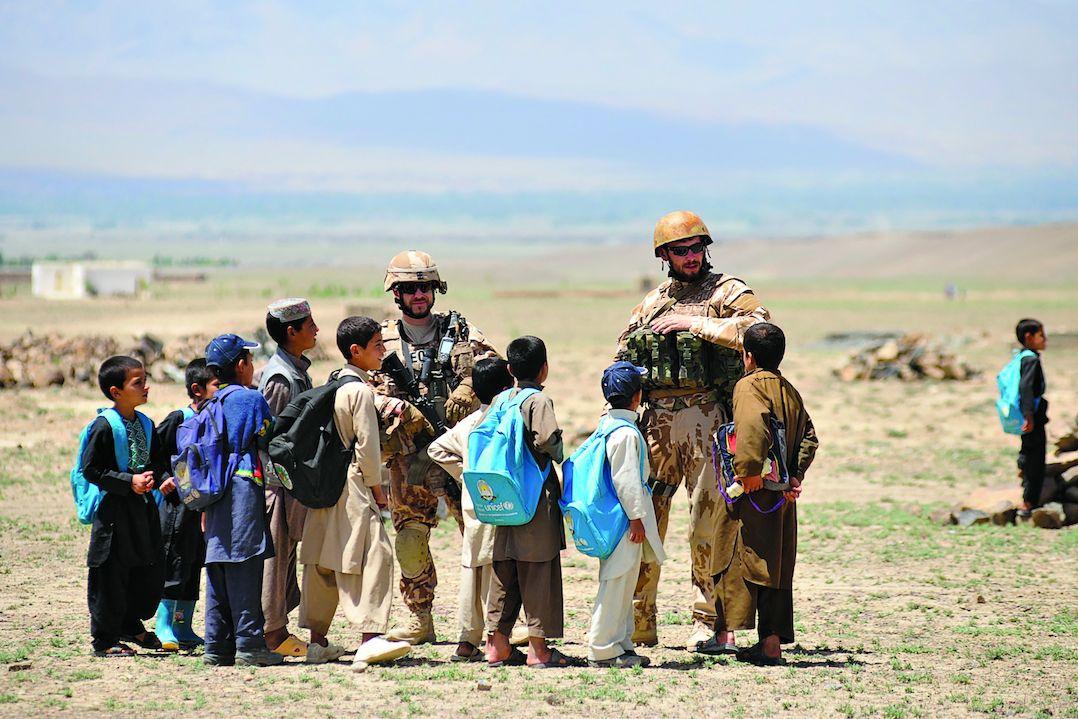 Běžní Afghánci měli Čechy rádi, jak dokazuje setkání Martina Horského (voják vlevo) a jeho kolegy s dětmi v provincii Lógar.