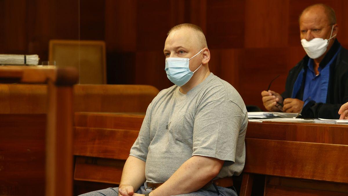 Muž, který sedí 20 roků ve vězení za vraždy, je nevinný, rozhodl pravomocně soud