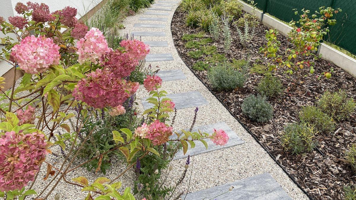 Mistři zahrad: Zaplevelený trávník u řadového domku se změnil v kultivovaný prostor s květinami