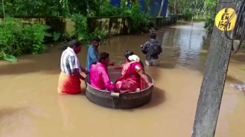 Svatbu jim nezkazily ani záplavy. Novomanželé připluli v hrnci
