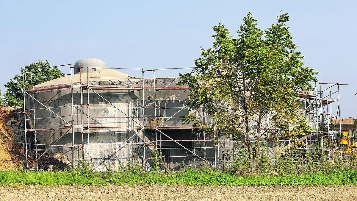 Pevnostní srub MO-S 19 Alej v Darkovičkách je obehnán lešením.