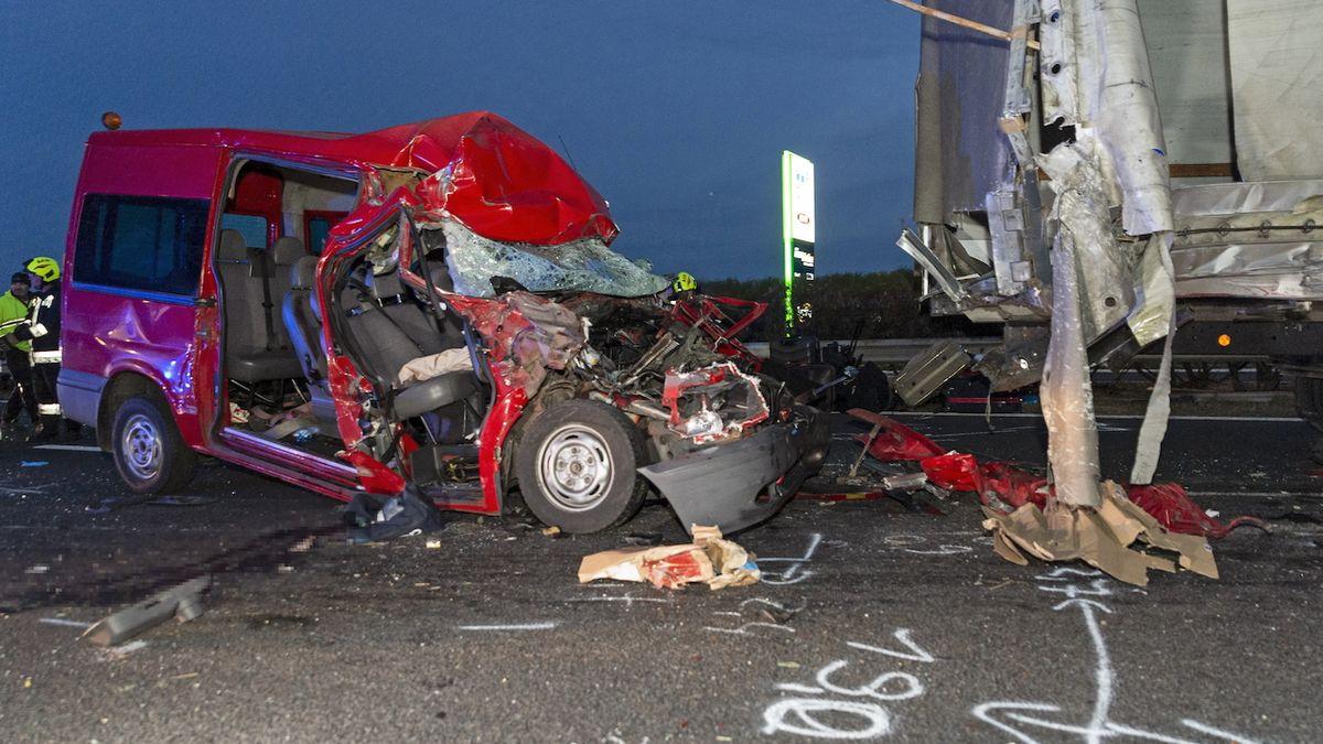 Havárie čtyř vozů na maďarské dálnici. Na místě je pět mrtvých