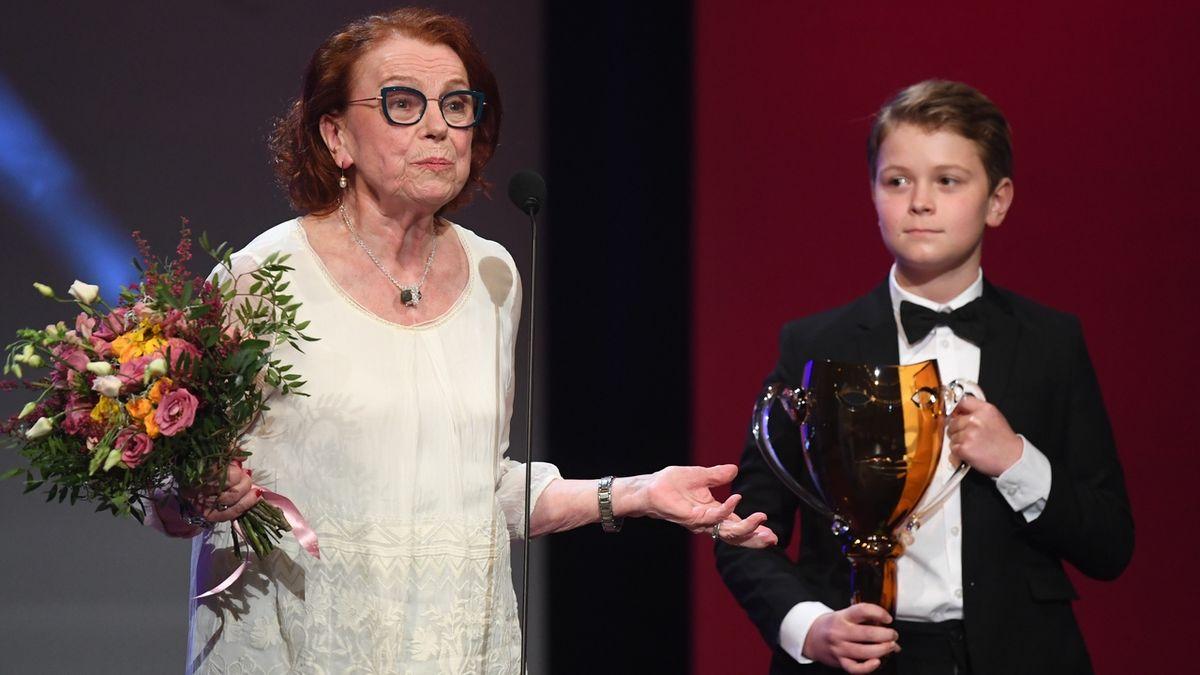 Cenu za celoživotní mistrovství v kategorii činohra, ženy převzala herečka Iva Janžurová. Vpravo je jeden z vnuků herce Josefa Abrháma.