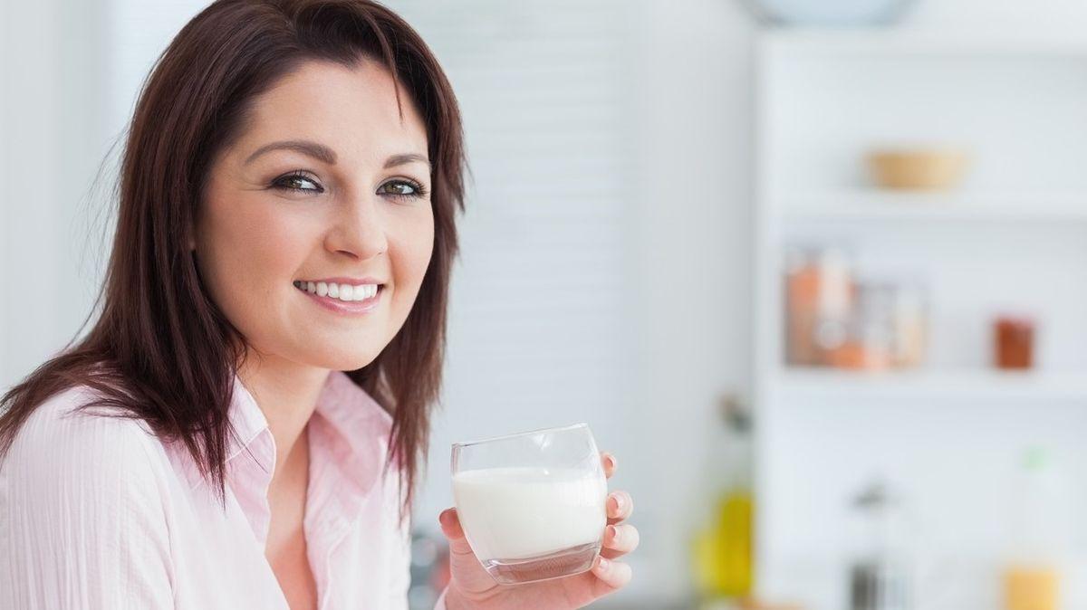 Vyřadit mléko z jídelníčku? Rozdíly mezi mlékem a rostlinnými nápoji jsou velké