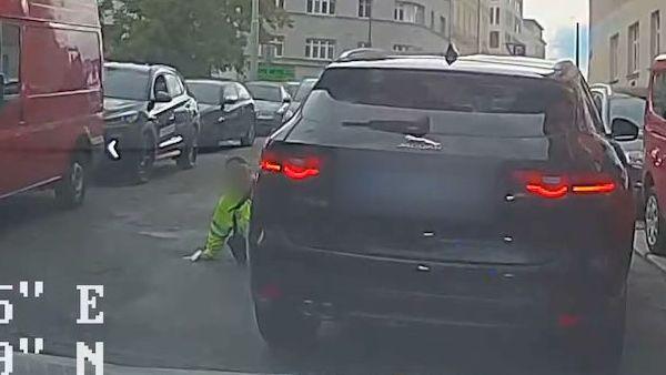 Řidič přejel strážníkovi nohu.