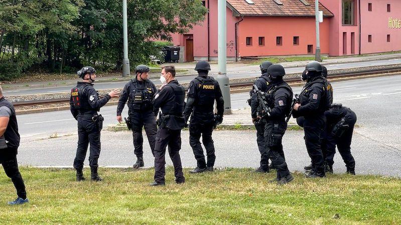 Ozbrojený lupič přepadl v Praze hotel. Hledají ho policisté se samopaly