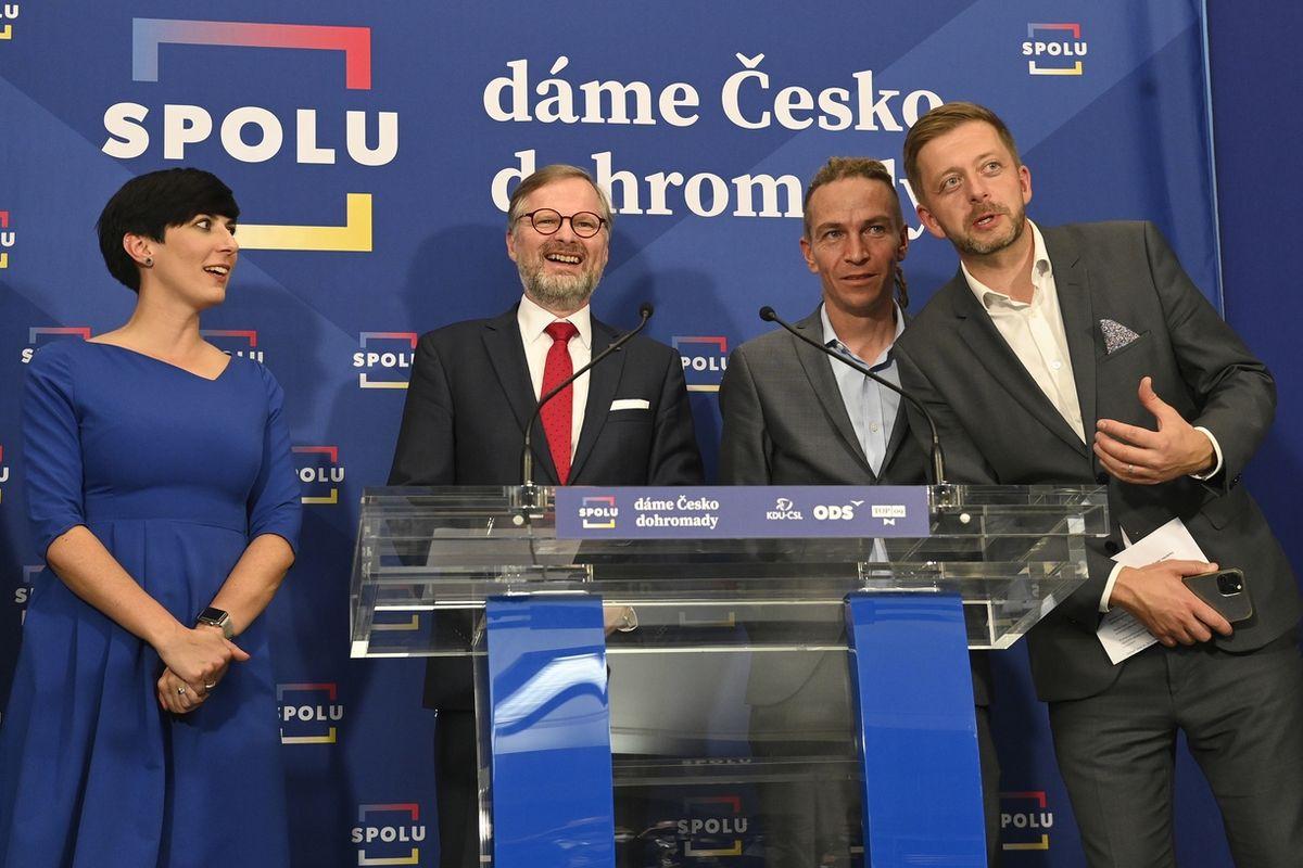 Představitelé koalice Spolu Markéta Pekarová Adamová, Petr Fiala (uprostřed), předseda Pirátů Ivan Bartoš (druhý zprava) a předseda hnutí STAN Vít Rakušan (vpravo) po jednání 9. října 2021.