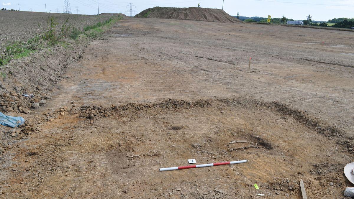 Archeologové odhalili v jihočeské trase D4 pravěká sídliště a hroby. Výzkum i stavba pokračují