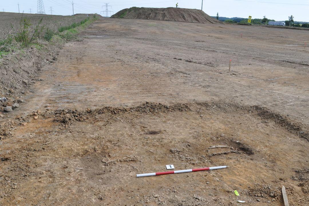 Dokumentace kostrového hrobu v areálu sídliště z doby halštatské u Krsic