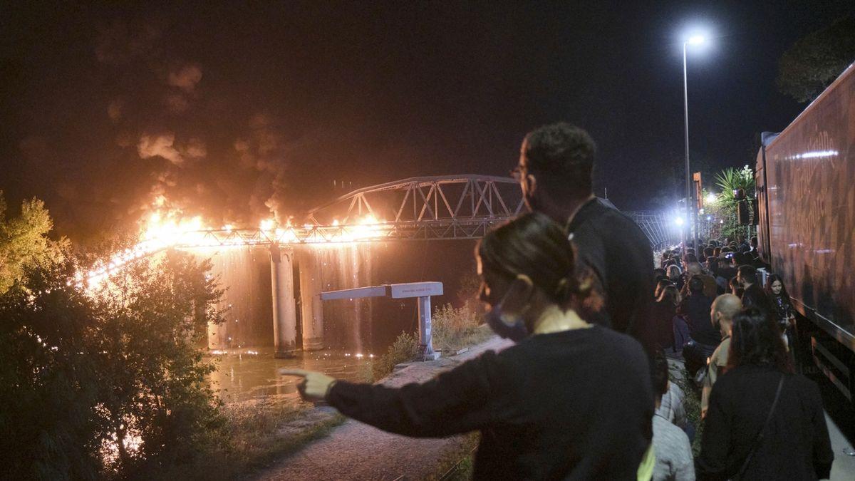 V Římě hořel historický most, příčina zatím není známá