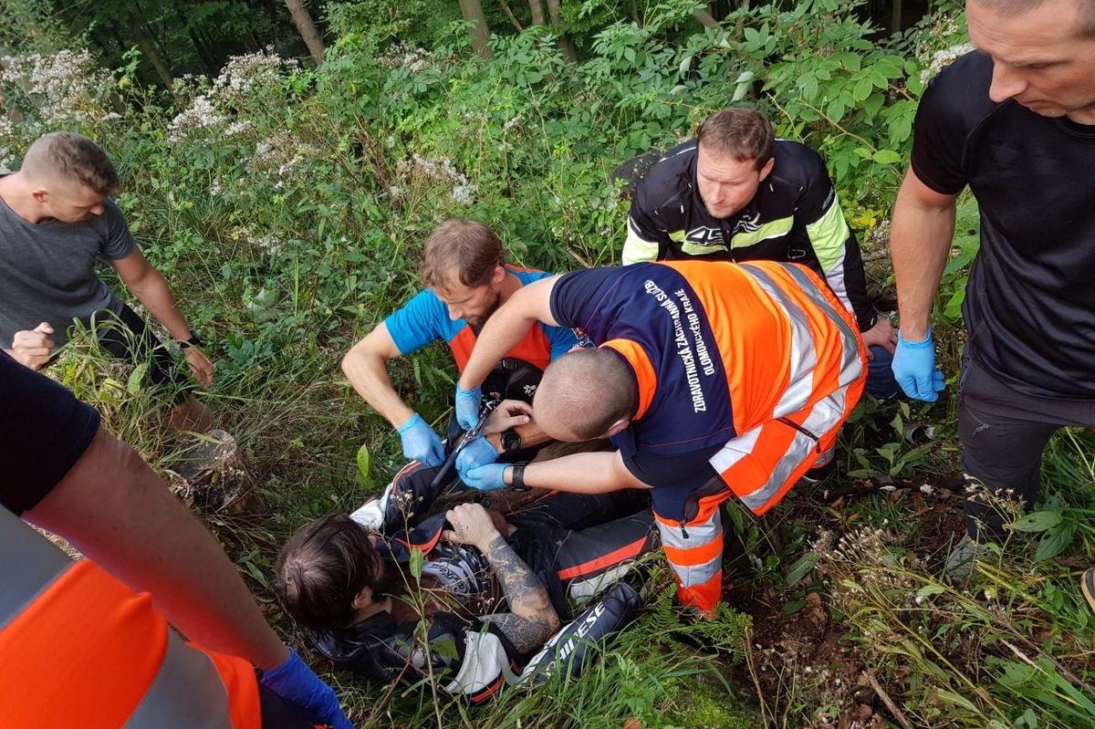 Horští záchranáři vyjížděli o víkendu i k nehodě motorkáře, který havaroval na silnici vedoucí na Červenohorské sedlo.