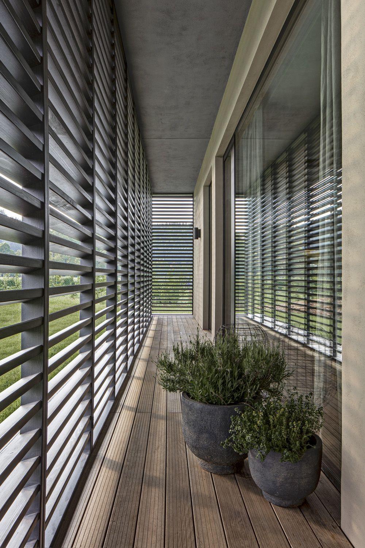 Zastínit velkoformátová francouzská okna je možné posuvnými žaluziovými panely.