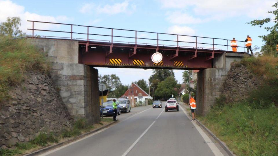 Most, který neznámý řidič posunul.