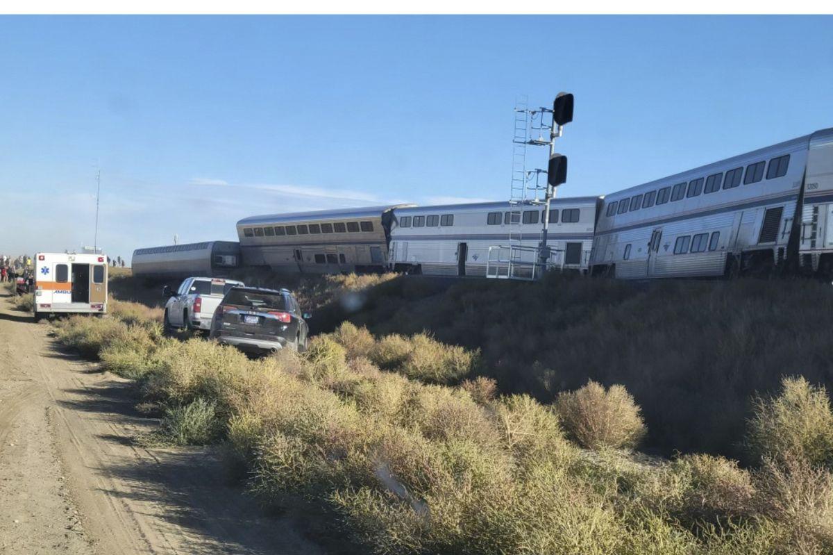 Vlak skončil na boku.
