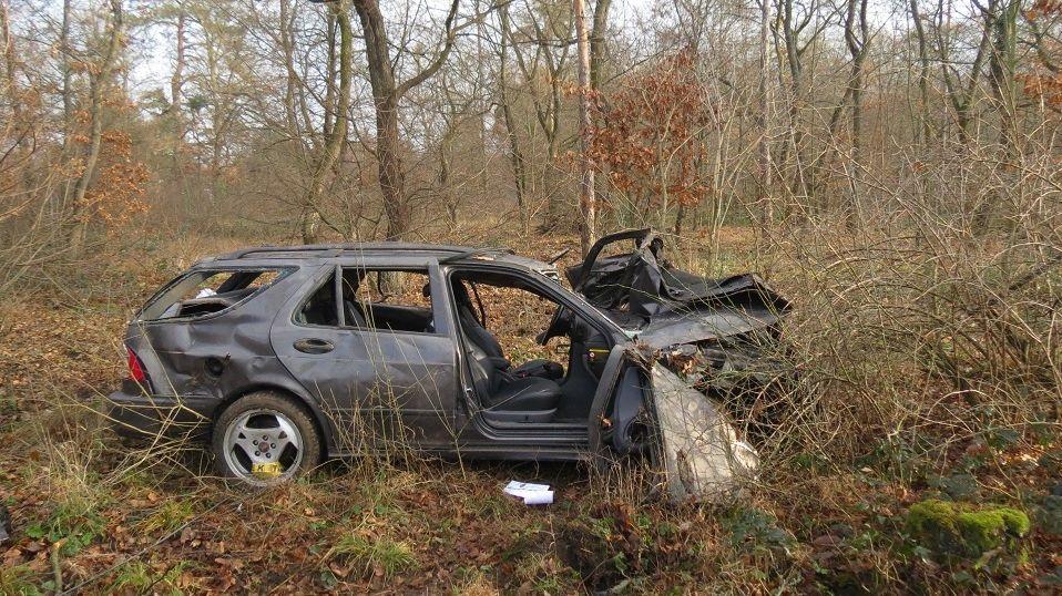 Řidič v převráceném autě našel mrtvolu