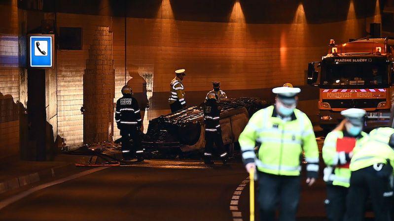 Policejní vůz po nehodě v pražském tunelu Blanka začal hořet