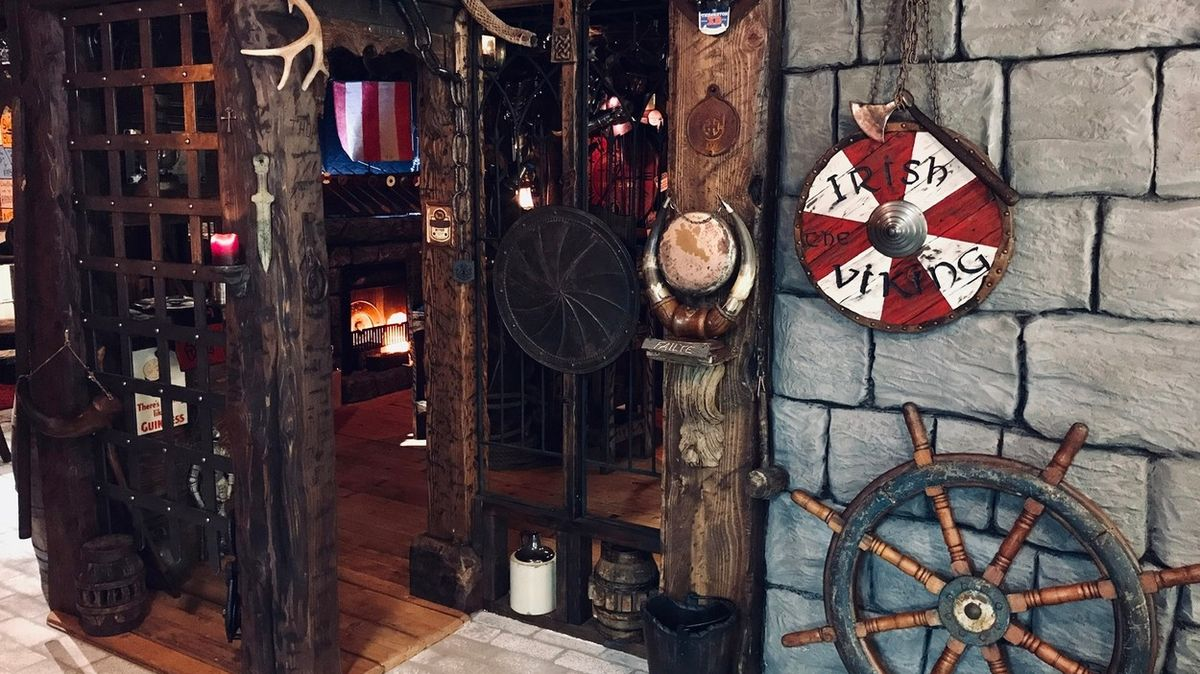 Šikovný dřevorubec si udělal ve sklepě hospůdku ve vikinském stylu