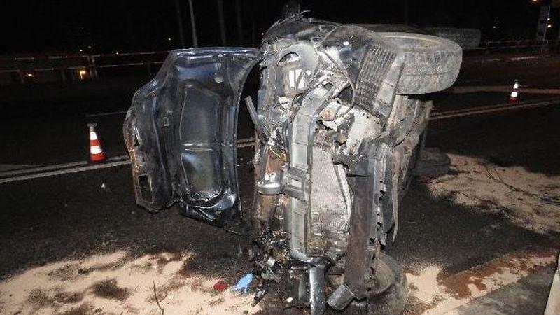 Řidič v Hradci přerazil autem strom a vrazil do sloupu. Vylezl nezraněný