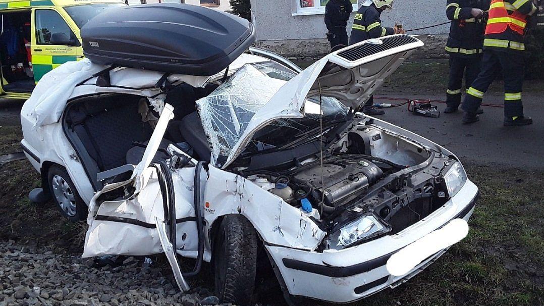 Vlak na Hané smetl auto na přejezdu, k nehodě letěl vrtulník