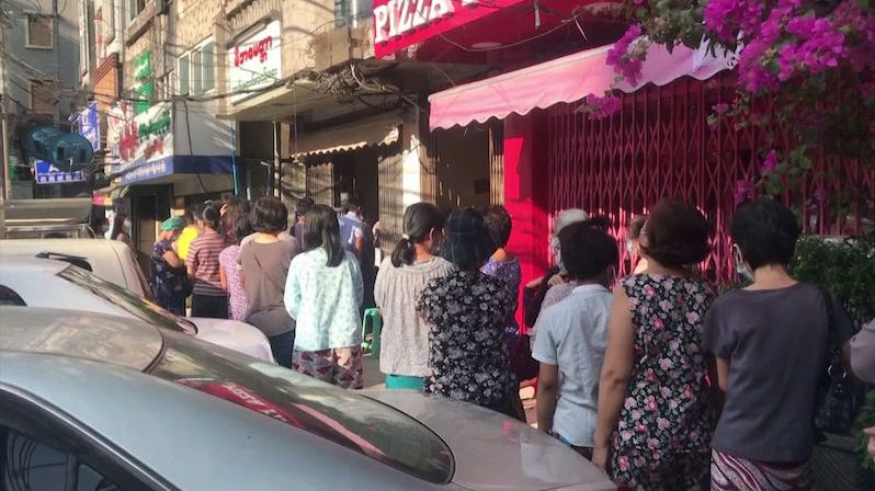 Vojáci v ulicích, fronty na tržištích, nefunguje radio, televize. Tak vypadá vojnský puč v Barmě