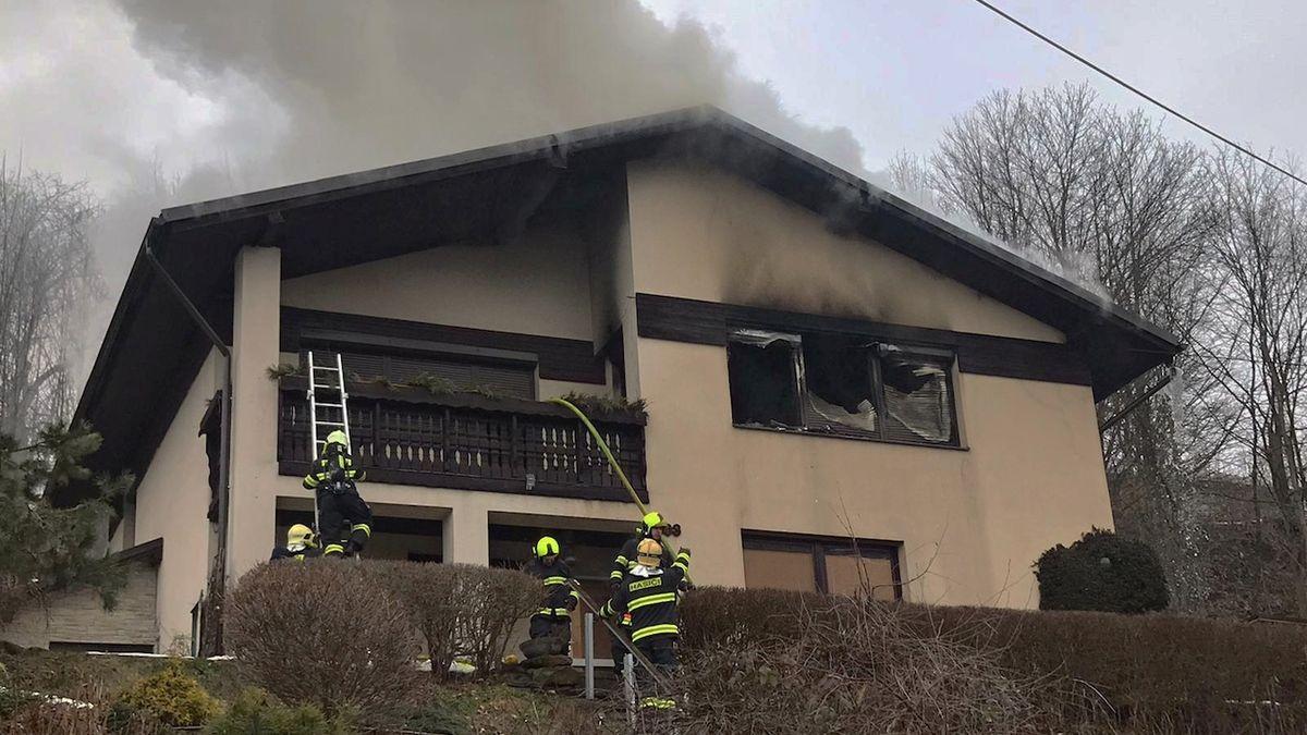 Požár rodinného domu na Jablonecku: vyhořelo celé patro, škoda dva miliony