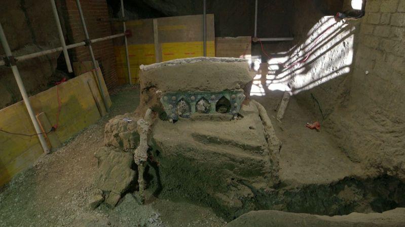 Fantastický objev, u Pompejí našli zachovaný obřadní kočár