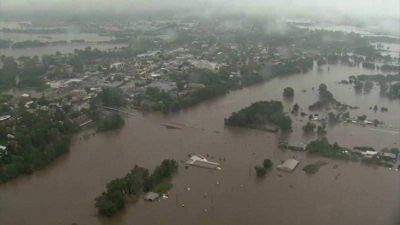 Východ Austrálie čelí zničujícím povodním, ohroženo je 10 milionů lidí