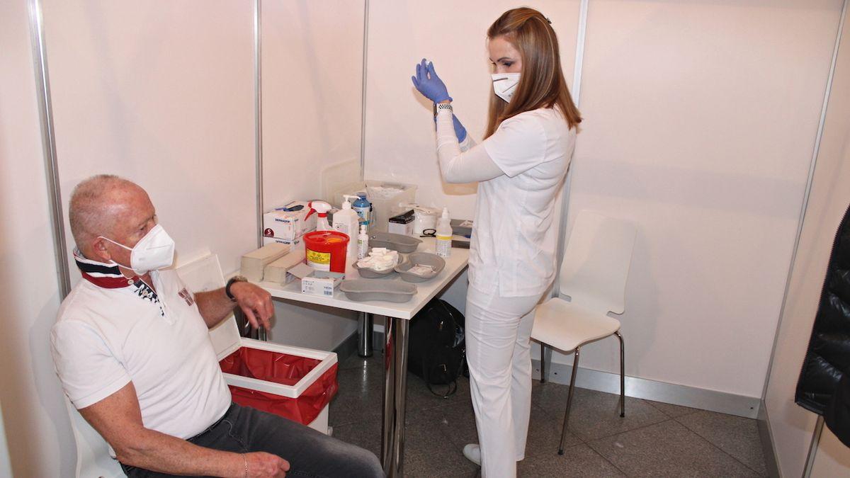 Jednu dávku vakcíny proti covidu má v Česku milion lidí