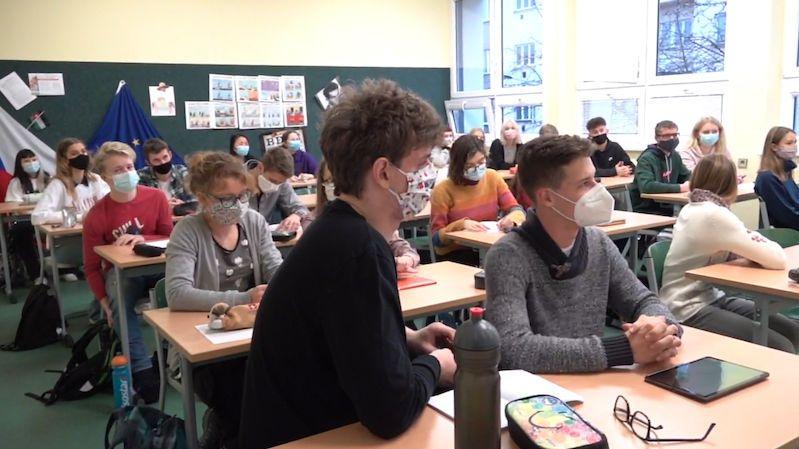 Vláda v pondělí projedná další rozvolnění opatření pro školy
