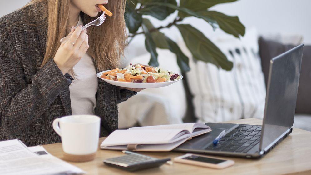 Proč byste nikdy neměli jíst oběd u počítače