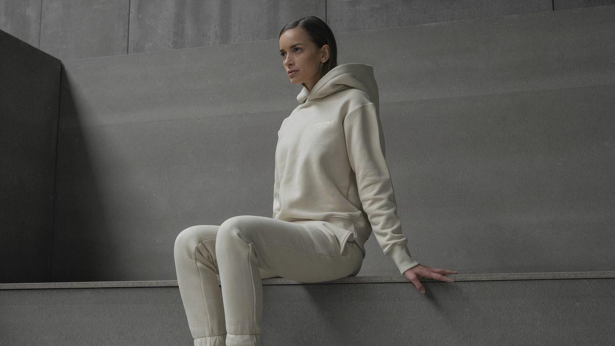 Pandemie smazala hranice mezi módou na doma a na ven