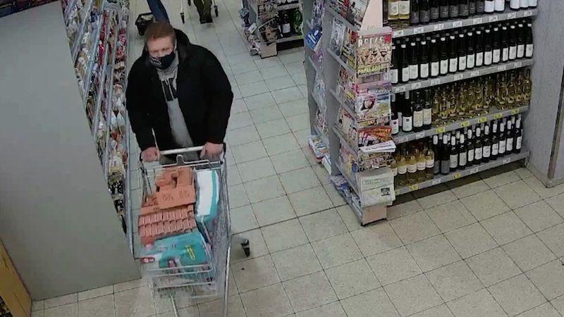 Muž naplnil nákupní vozík a odjel z pražské prodejny. Policie zveřejnila video