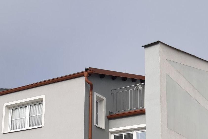 Moderní rodinný dům se šikmou střechou byl před několika lety rekonstruován.