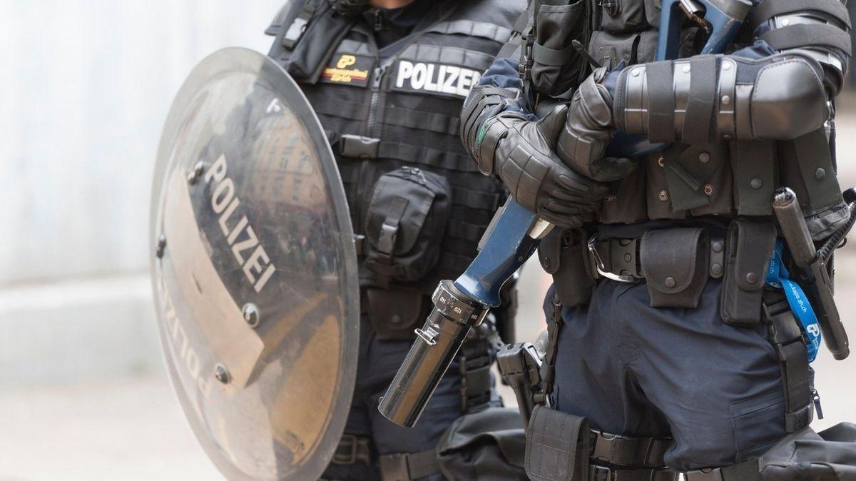 Odpůrci opatření v St. Gallen házeli Molotovovy koktejly, policie nasadila slzný plyn