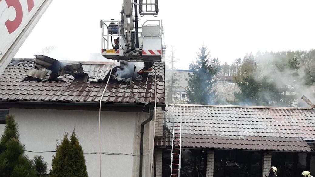 Plameny poničily členitý rodinný dům u Prahy