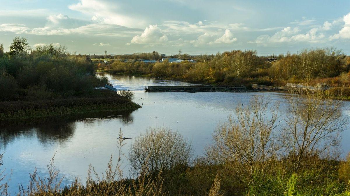 Mladíci skopli v Anglii seniora do řeky, zachránily ho čtrnáctileté dívky