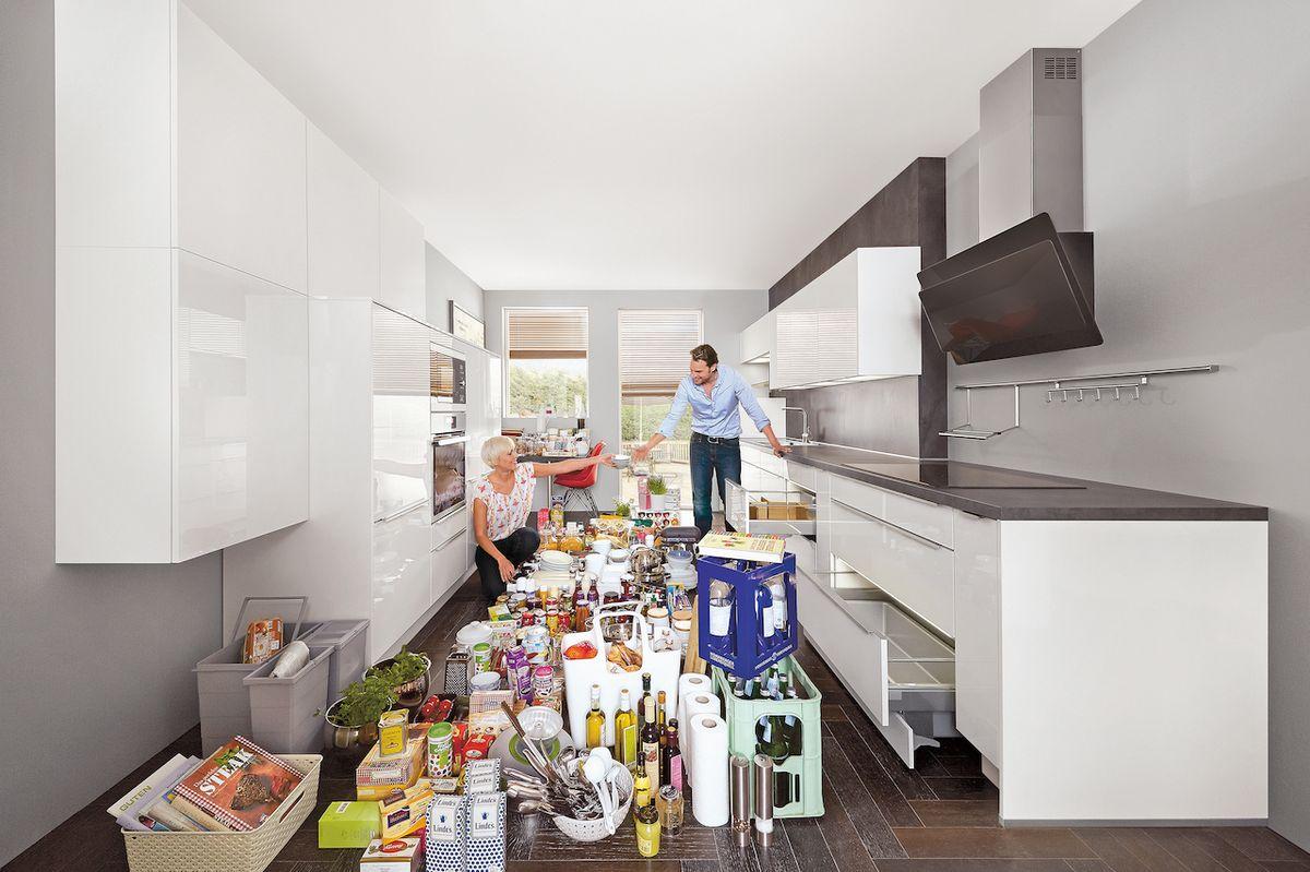 Kuchyňská linka musí pojmout nejen nádobí, jídelní servisy, ale také potraviny, rozmanité ingredience, pomůcky při vaření.