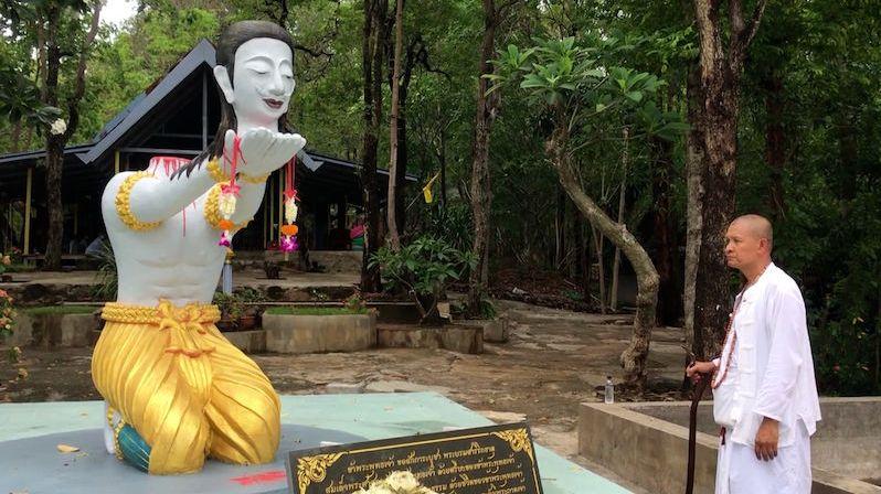 Buddhistický mnich si na gilotině usekl hlavu pro lepší příští život