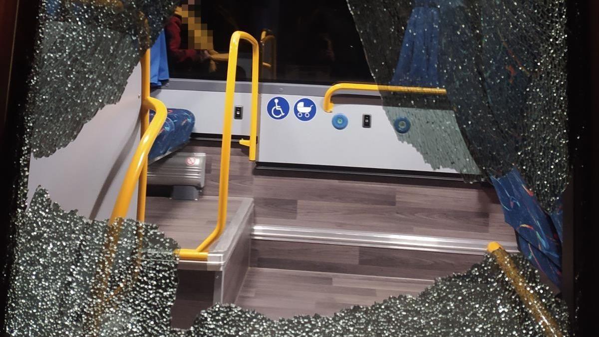 Útok na autobus s cestujícími na Náchodsku, díry ve skle ukazují na střelbu