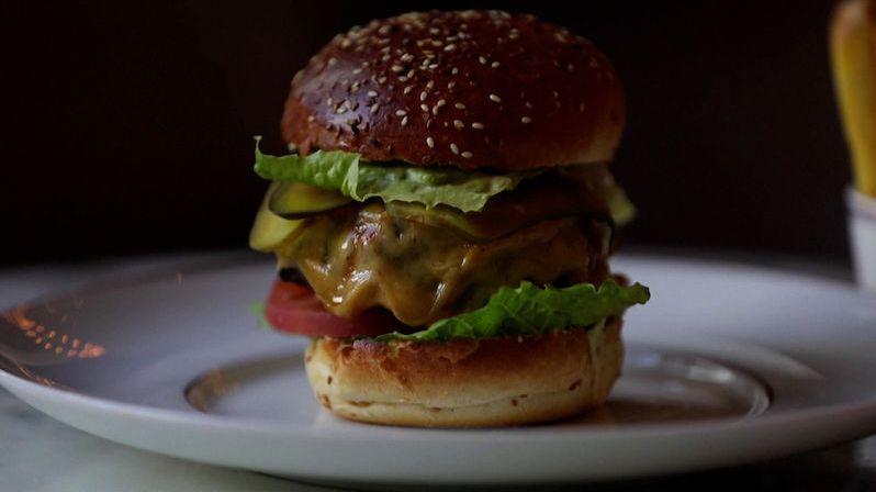Michelinská restaurace začala rozvážet burgery za zlomek ceny a slaví úspěch