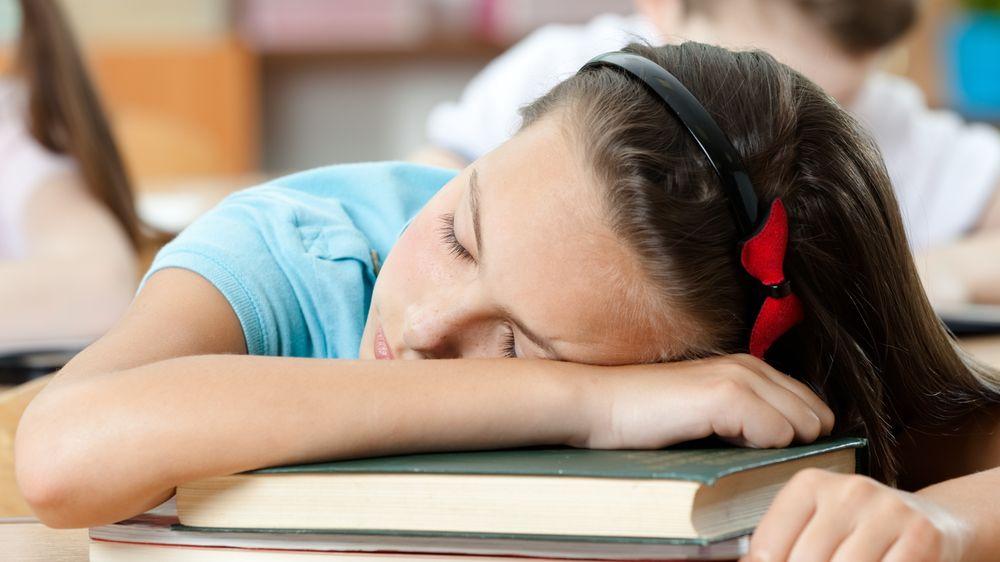 Čeští žáci málo spí. Výuka od 9:00 však nemusí být řešením