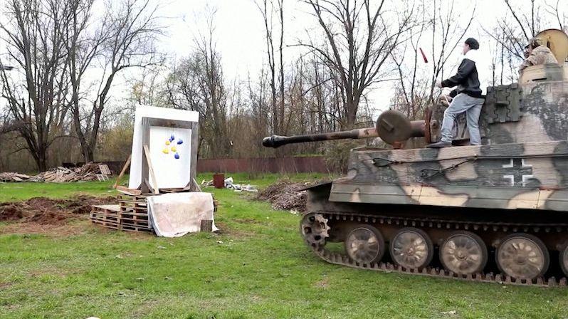 Bývalý odstřelovač tvoří obrazy palbou na plátno. Klidně i z tanku