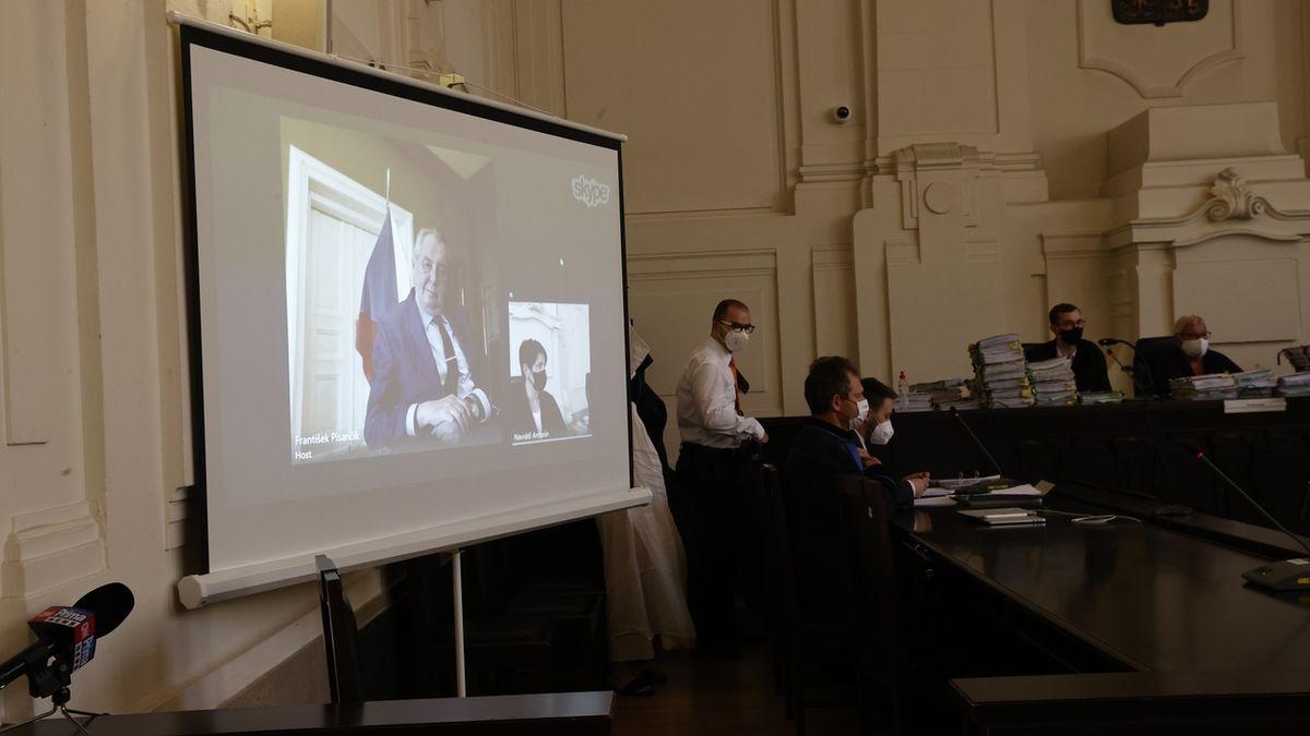 Prezident Zeman u soudu. Výslech narušil muž, který vtrhl do síně