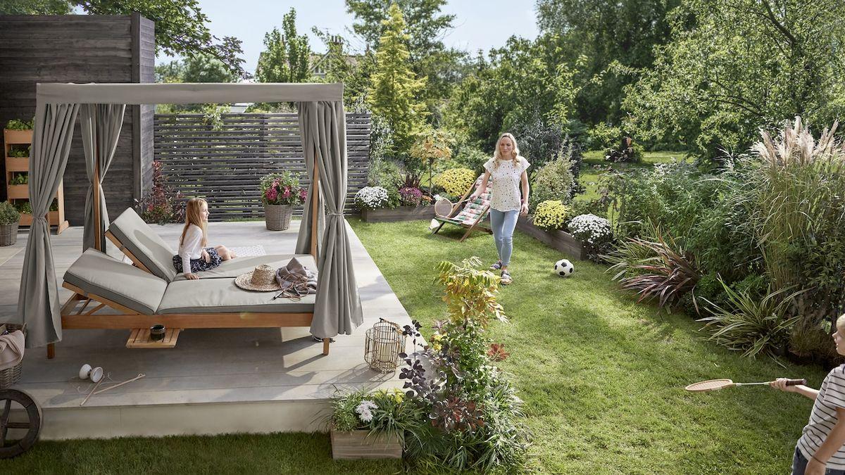 Zahradní lehátko je symbolem pohody